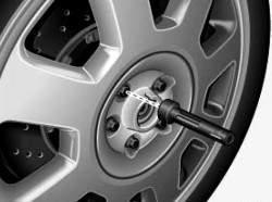 Смена колеса: вывертывание колесных болтов
