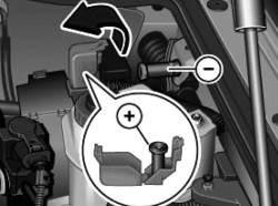 Плюсовой и минусовой штыри для подсоединения вспомогательного аккумулятора