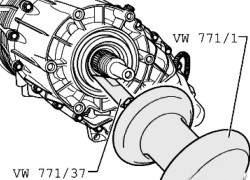 Снятие уплотнительного кольца фланца вала отбора мощности/ заднего карданного вала